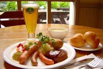 自家製ソーセージのドイツ風料理と地ビール
