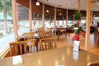 大きな窓から自然光が良く入る居心地の良い店内空間