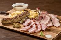 一押しは群馬県産の赤城牛や麦豚を使用したミートプラッター(お肉の盛合せ)