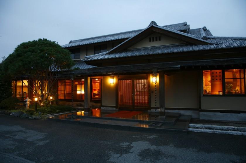 隠れるように佇む豪華な日本家屋