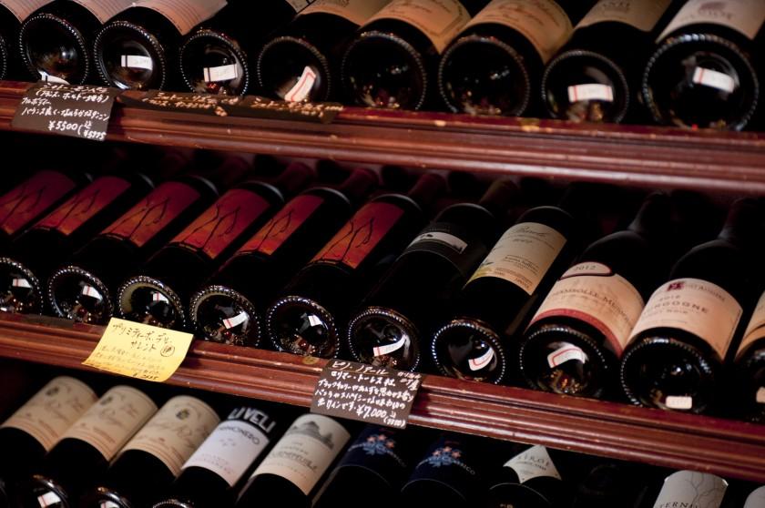 欧州各国に日本、常時30種以上のワインの品揃え