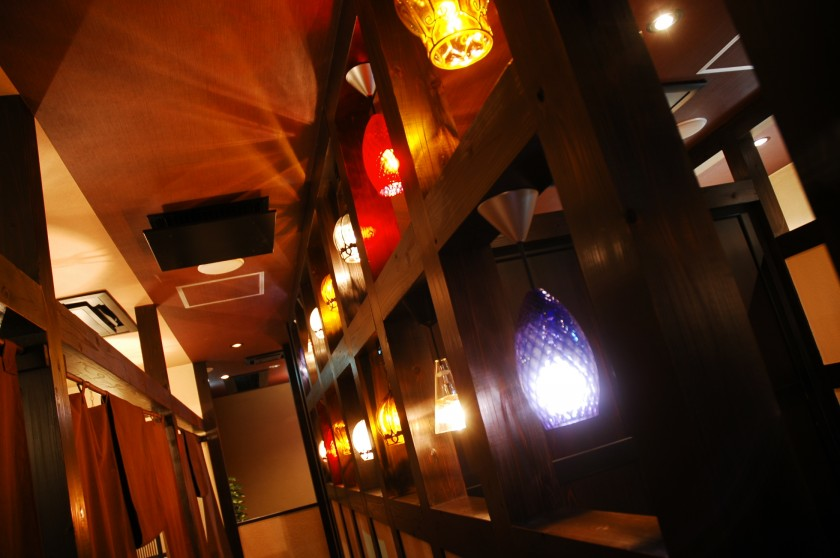 個室や個室区切りのフロアがメインの和モダンな空間