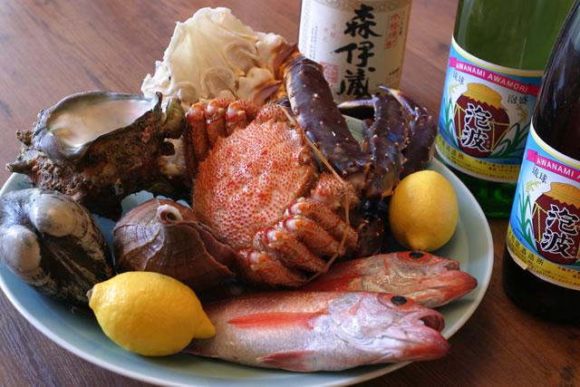 旬の天然魚介と地元産の食材を使用した料理