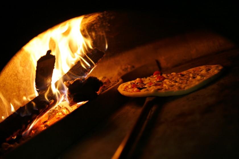 薪窯で焼き上げるピッツァ