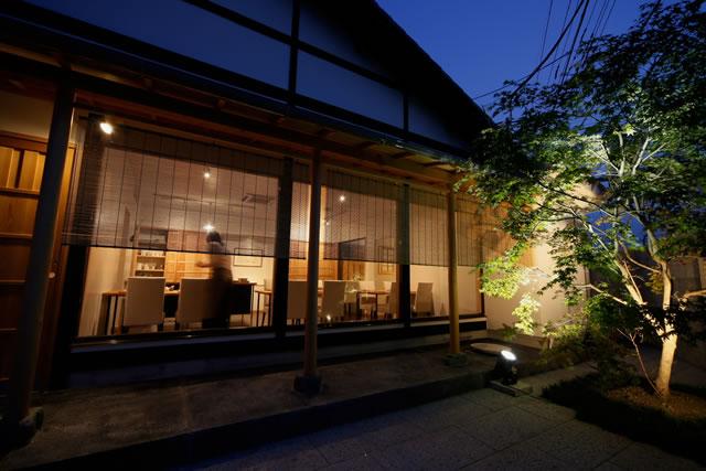 風情ある日本家屋の佇まいと落ち着いた店内空間