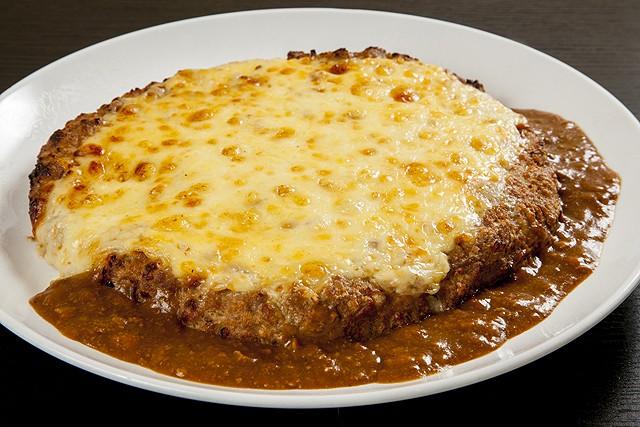 特大ハンバーグとチーズの美味しそうなカレー